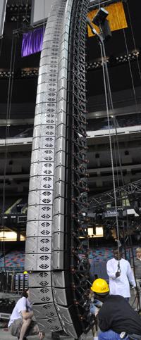 Line array Nexo GEO de très grande taille au Superdome de la Nouvelle-Orléans.