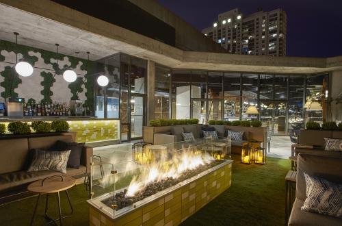 encompass av equips apogee rooftop bar with martin audio cdd